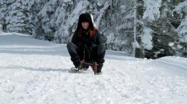Mum and little daughter sleighing in idyllic surroundings — Stock Video