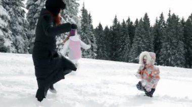 Mother and two children enjoying on snow in idyll — 图库视频影像