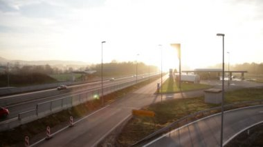 Resting place, vehicles driving on highway in sunset — Vidéo