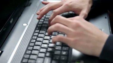 En man att skriva på tangentbord — Stockvideo