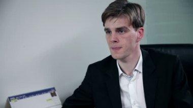 Joven empresario escribe información de reuniones — Vídeo de Stock
