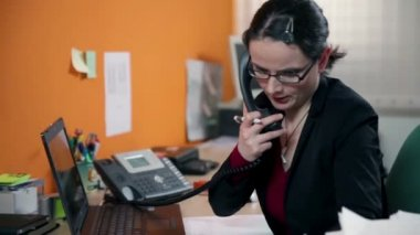 Secreterian being very busy on the phone and searching for documents — Stock Video