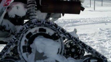 Sguardo da vicino al motore slitta sulla neve — Video Stock