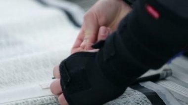 Detaljer för händerna samtidigt förbereda sig för segling regatta — Stockvideo