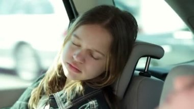 Brother and sister in the back seat of car sleeping while family traveling — Stock Video