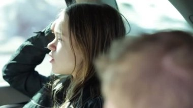 Older sister in the car backseat enjoying the landscape — Vídeo Stock