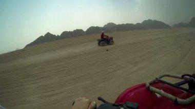 Jízdy v quadro motocyklu přes poušť v egyptě — Stock video