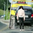 Car stopping to help woman in distress — Stock Video