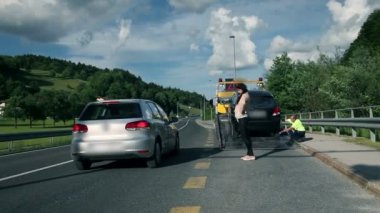 Wide shot of pretty woman in distress happy to see someone helping her — Vidéo