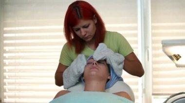 Usuwanie twarzy Krem do masażu dalsze — Wideo stockowe