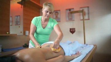 Vrouwelijke therapeut doen speciale massage aan vrouw met tatoeage — Stockvideo
