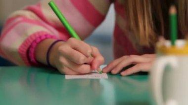 Депрессии девушка, рисунок на бумаге — Стоковое видео