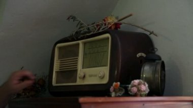 Turning on old retro radio decorated with flowers — Stock Video