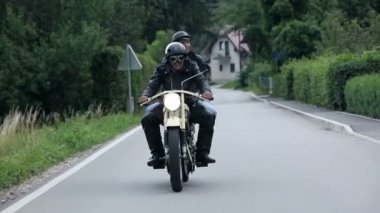 Man and woman on retro motorcycle speeding on street — Stock Video