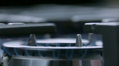 Cooktop on fire from close up — Stock Video