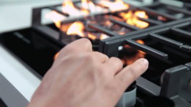 Turning on gas cooker and setting fire intensity — Stock Video