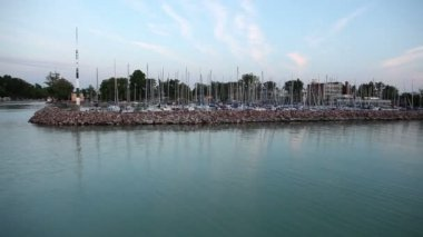 Wide shot of dock with boats on Lake Balaton in Hungary — Stock Video