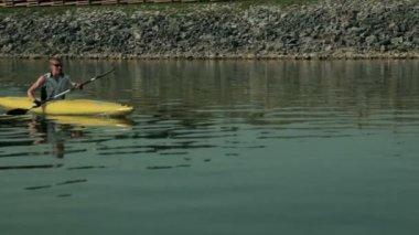 Tracking close up on kayaker enjoyin kayaking in lake — Stock Video