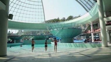 2 つの女の子とプールに走っている少年 — ストックビデオ