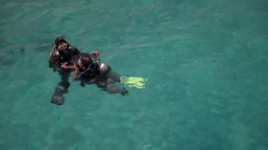 Sea divers getting ready to dive in blue waters — Stok video