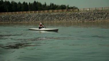 отслеживание байдарочник, гребля на озеро во время становится ближе — Стоковое видео