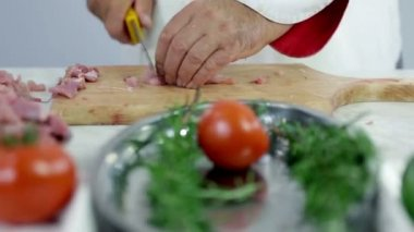 Butcher cutting turkey meat with green plate in front — Stock Video
