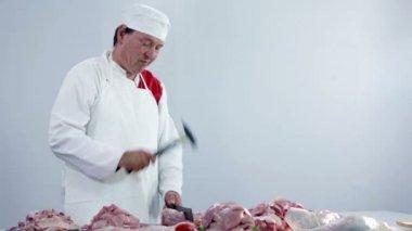 řezník sekání krůtí maso v řeznictví — Stock video