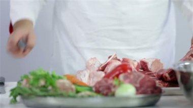 Gotować, cięcie i dodawanie mięsa czerwonego na zielony talerz — Wideo stockowe