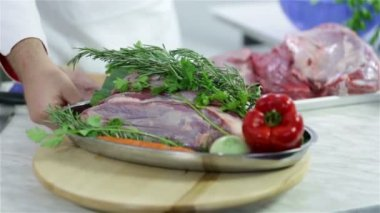 Cook turning around decorated plate with beef steak and vegetable — Stock Video