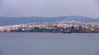 Tiro lejano del puerto en un día soleado con nave de carga lenta en la parte posterior — Vídeo de Stock
