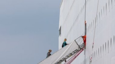 Personas están subiendo escaleras empinadas al Consejo en un enorme crucero — Vídeo de Stock