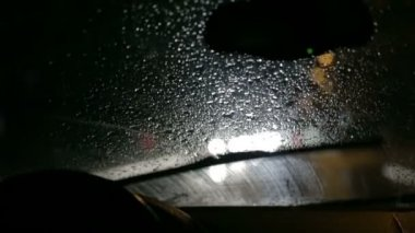 Car windscreen wipers actively remove gathered rain from windscreen at night — Vídeo de Stock