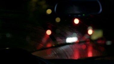 Essuie-glaces de voiture supprimant la pluie de windshiled sur le trajet de nuit lente — Vídeo de stock