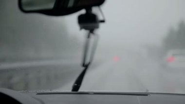 Windscreen wipers removing rain at semi-fast speed on rainy evening — Vídeo de Stock