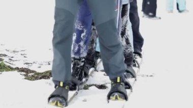 Group of kids walking in same skis — Stock Video
