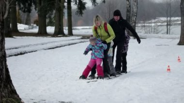 Family struggles to walk on skis — Stockvideo