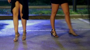 Women with long legs in high heels and miniskirts are dancing — Stock Video