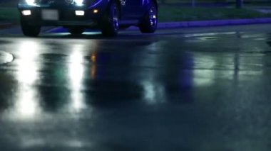 вождение автомобиля мимо камеры и остановка сразу после — Стоковое видео