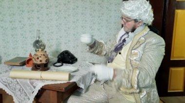Sindaco vestita con abiti medival sorsi una tazza di tè — Video Stock