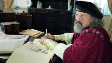 An old medieval scholar explaining his views — Stockvideo