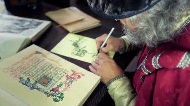 An old medieval scholar drawing some scheme — Stockvideo