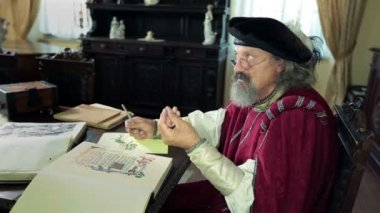 An old medieval scholar talking about his newest findings — Vídeo Stock