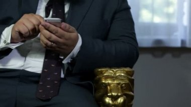 Huge man typing into the mobile phone — ストックビデオ