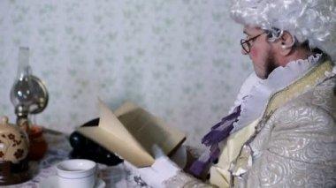 Człowiek z xix wieku czytanie z notebooka — Wideo stockowe