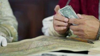 Ученый, считая банкноты — Стоковое видео
