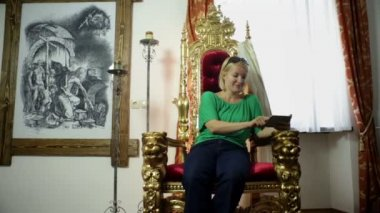 Girl sitting on a golden throne from 19th elite society — Stock Video