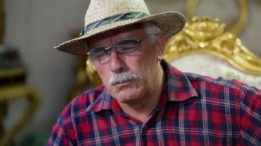Good spirited farmer conversating — Stock Video