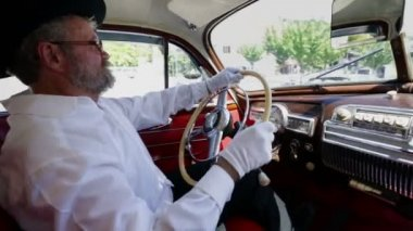 Old farmer is driving a vintage car — Vídeo Stock