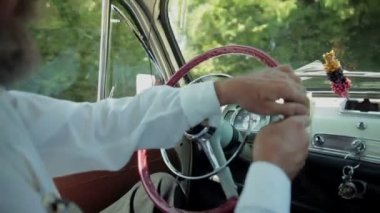 Cara entregar um volante de carro antigo — Vídeo stock