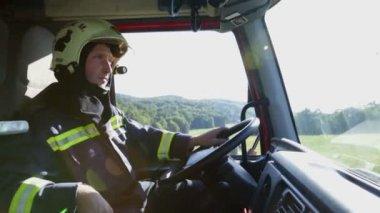 Kokpit wozy strażackie z strażak w kole — Wideo stockowe